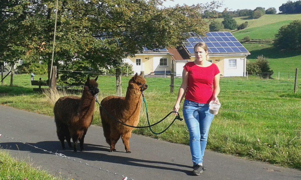 Anne Schneiders mit Alpakas Max und Moritz