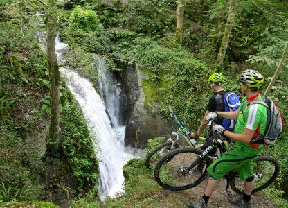 Mountainbiker am Wasserfall
