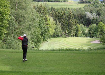 GOLF-CLUB EIFEL e.V. Golfer schlägt den Ball