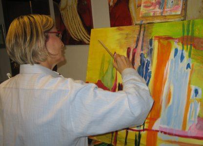 Künstlerin beim Malen