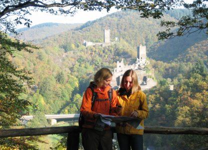 Wanderer vor den Manderscheider Burgen