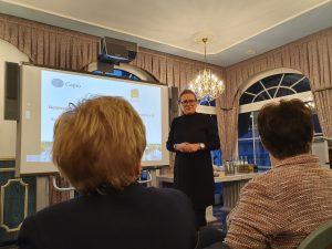 Petra Hager-Häusler stellt die Venenklinik vor.